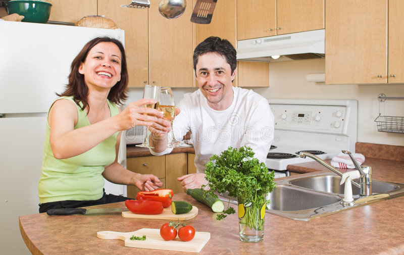 Paar in de keuken stock afbeelding