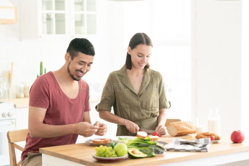 Paar in de keuken stock fotografie