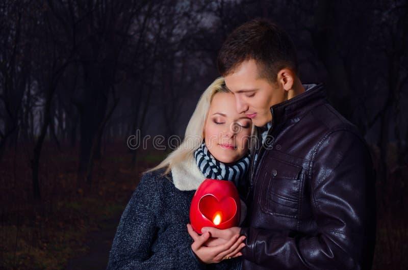 Paar in de nacht met lantaarn royalty-vrije stock afbeeldingen