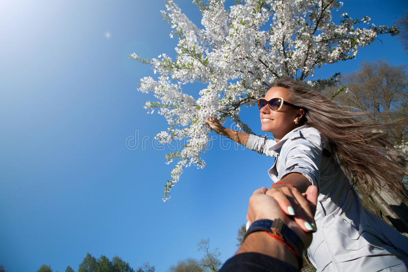 Paar in de tuin van kersenbloesems royalty-vrije stock afbeeldingen