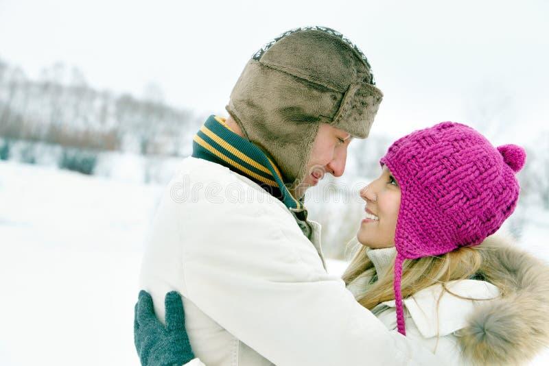 Paar in de winter stock afbeeldingen