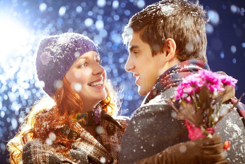 Paar in de winter stock afbeelding