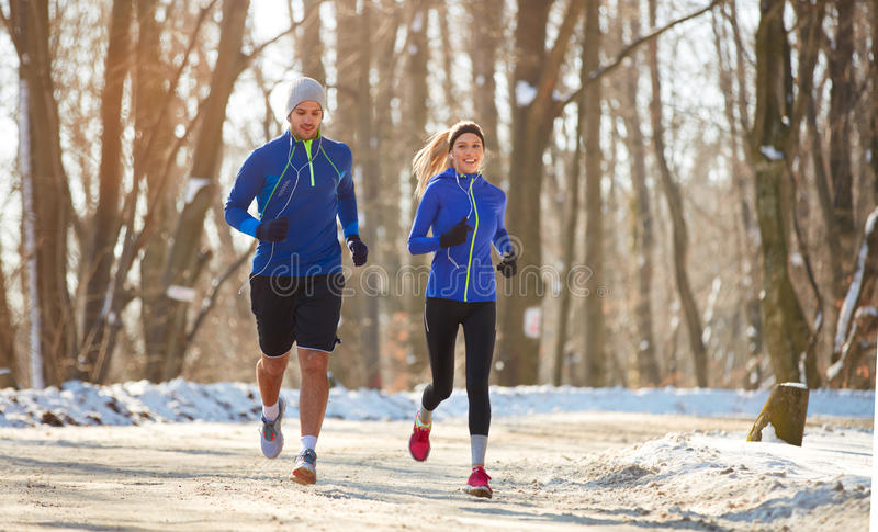 Paar in de winter die samen in aard lopen royalty-vrije stock foto's