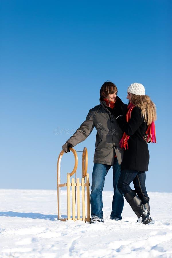 Paar in de winter met slee royalty-vrije stock foto's