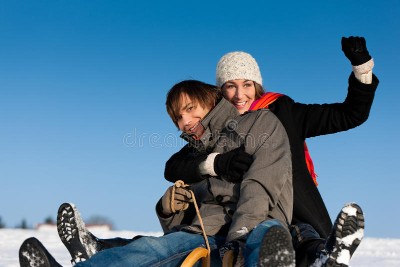 Paar in de winter met slee royalty-vrije stock foto