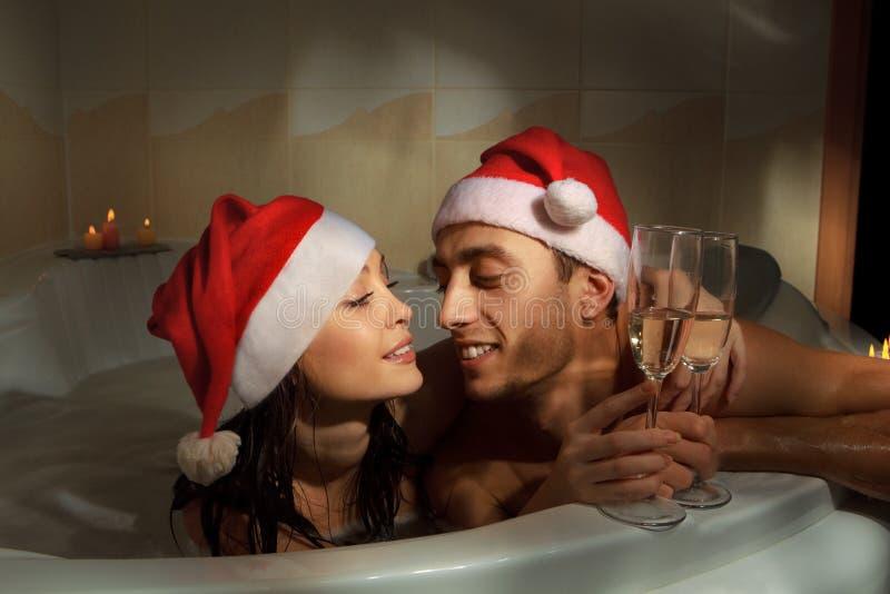 Paar in den Sankt-Hüten genießt ein Bad lizenzfreie stockfotos