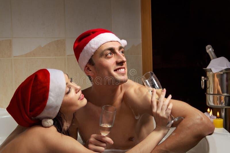 Paar in den Sankt-Hüten genießt ein Bad stockbild