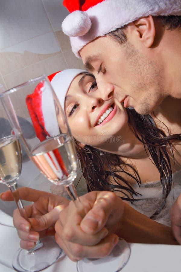Paar in den Sankt-Hüten genießt ein Bad stockfoto