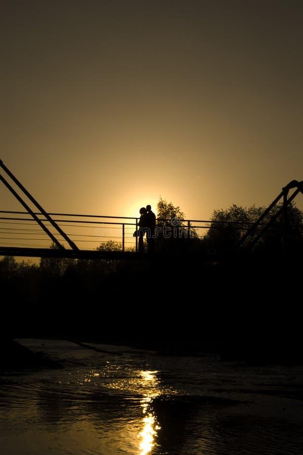 Paar in der Liebe umfaßt auf der Brücke lizenzfreie stockfotos