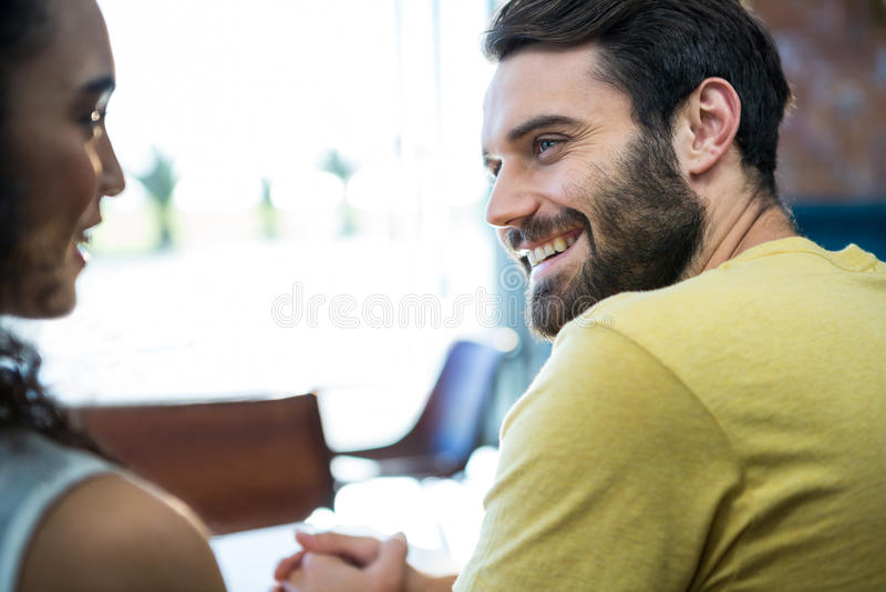 Paar die aan elkaar in koffiewinkel spreken stock foto