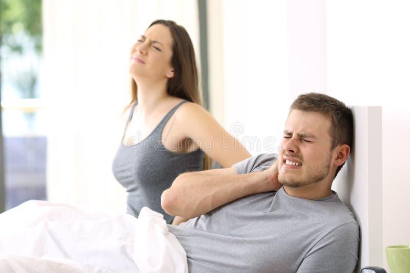Paar die aan pijn in een niet comfortabel bed lijden stock foto