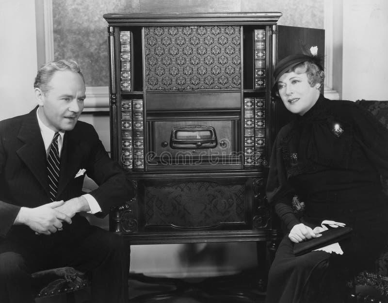 Paar die aan radio luisteren (Alle afgeschilderde personen leven niet langer en geen landgoed bestaat Leveranciersgaranties die d royalty-vrije stock foto