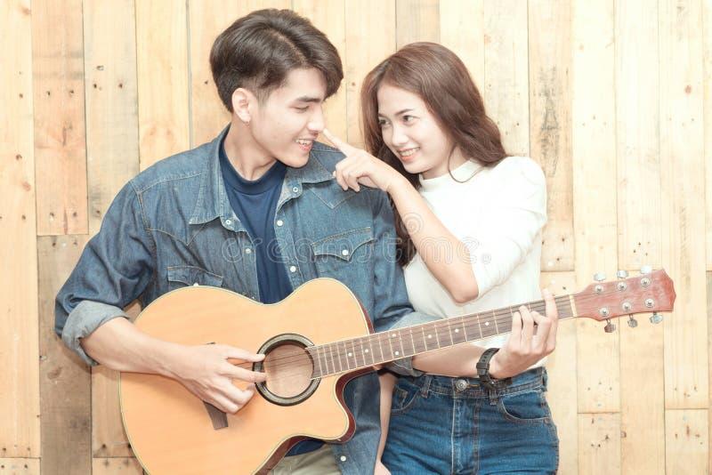 Paar die akoestische gitaar spelen stock afbeeldingen