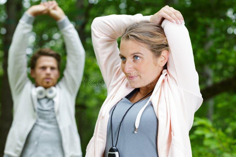 Paar die alvorens te gaan jogging opwarmen royalty-vrije stock foto