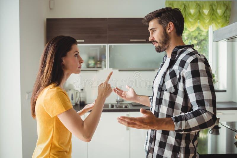 Paar die argument in keuken hebben stock foto's