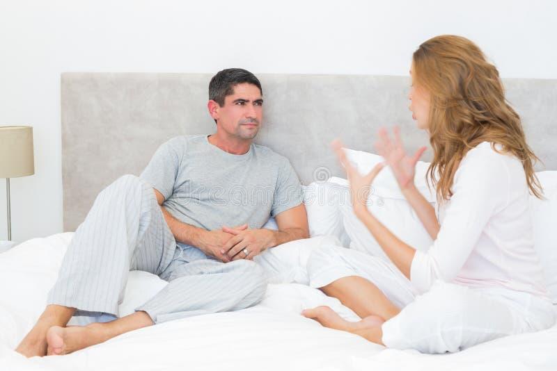 Paar die in bed debatteren royalty-vrije stock foto