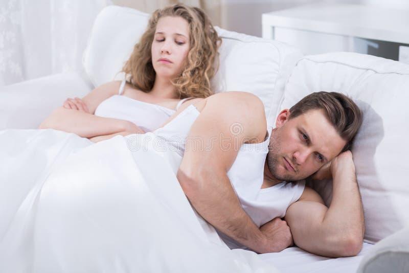 Paar die in Bed debatteren royalty-vrije stock afbeelding
