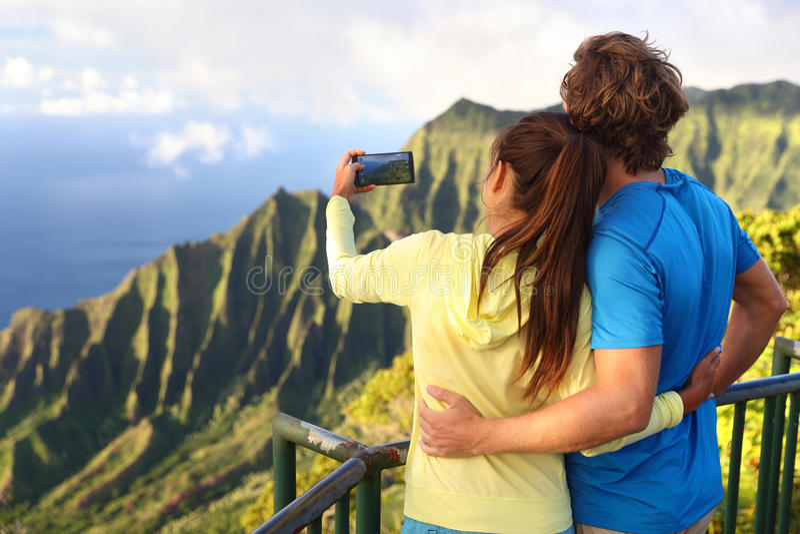 Paar die beelden op de vakantie van Hawaï in Kauai nemen royalty-vrije stock foto