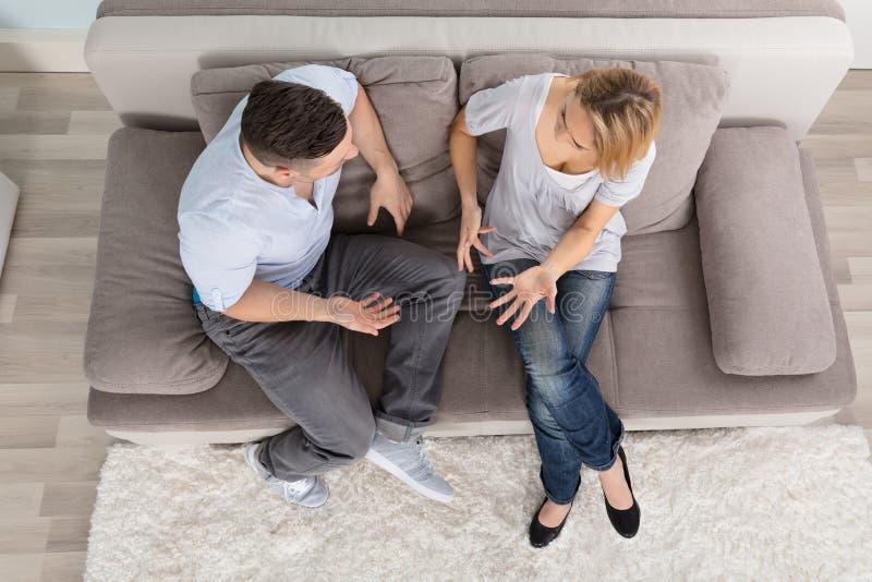 Paar die Bespreking hebben thuis royalty-vrije stock foto's