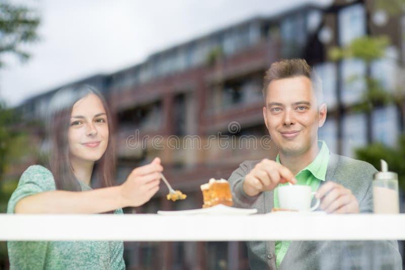 Paar die bij de camera glimlachen stock foto's
