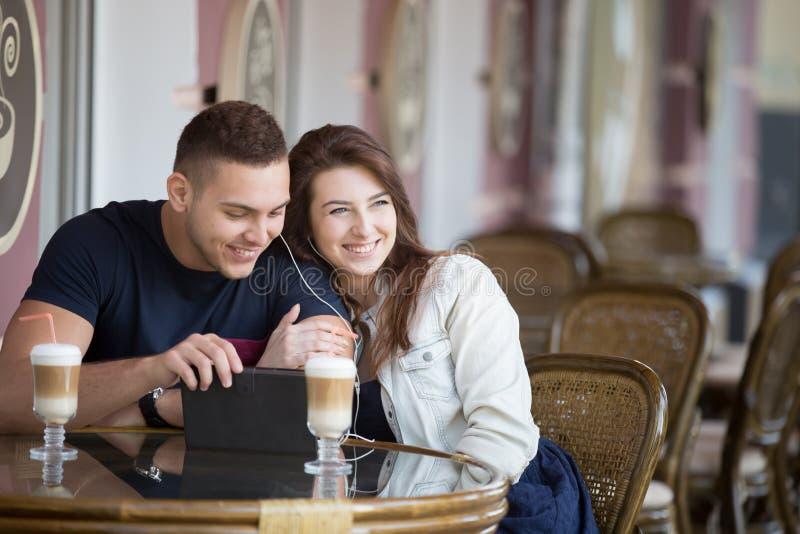 Paar die bij een koffie flirten stock fotografie