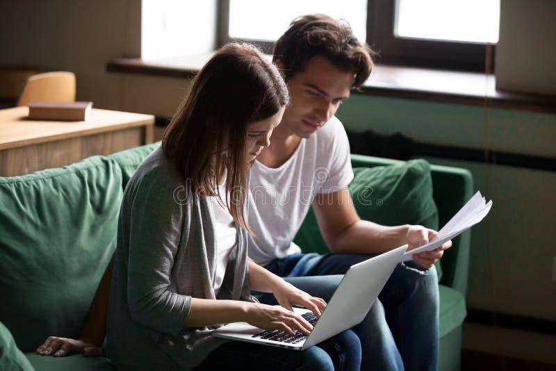 Paar die binnenlandse rekeningen berekenen, beherend financiën of belastingenwi stock fotografie
