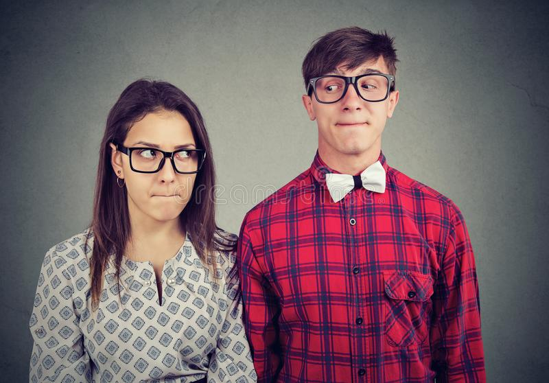 Paar die in bizarre situatie elkaar bekijken stock foto