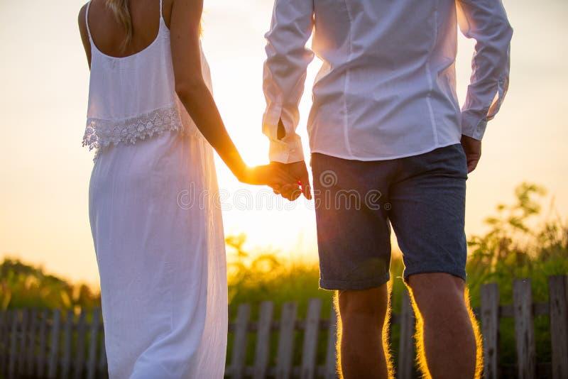 Paar die buiten bij zonsondergang lopen royalty-vrije stock foto's