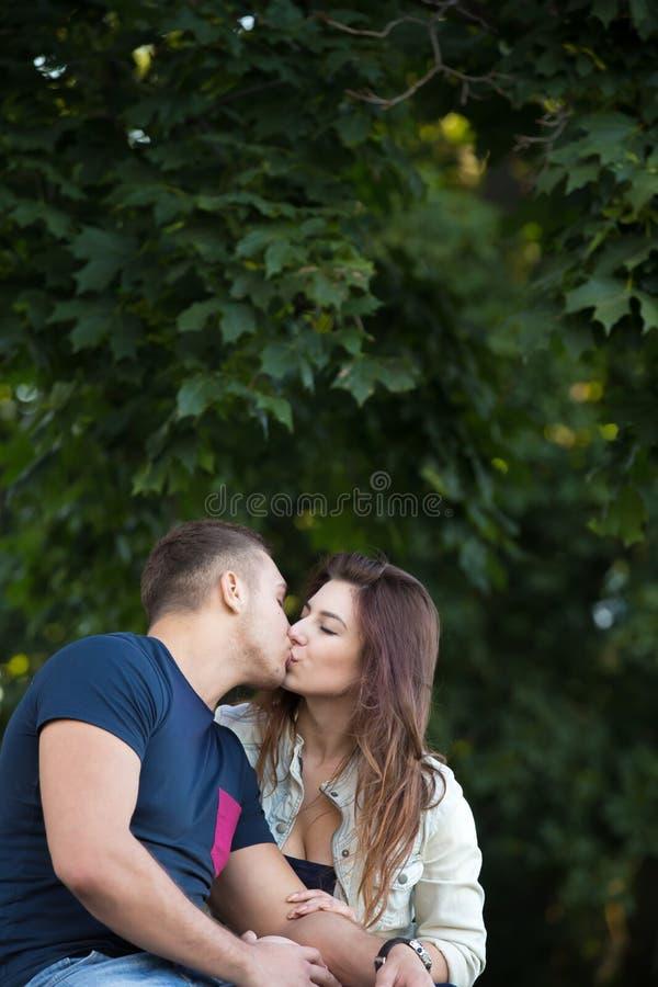 Paar die buiten kussen stock afbeeldingen