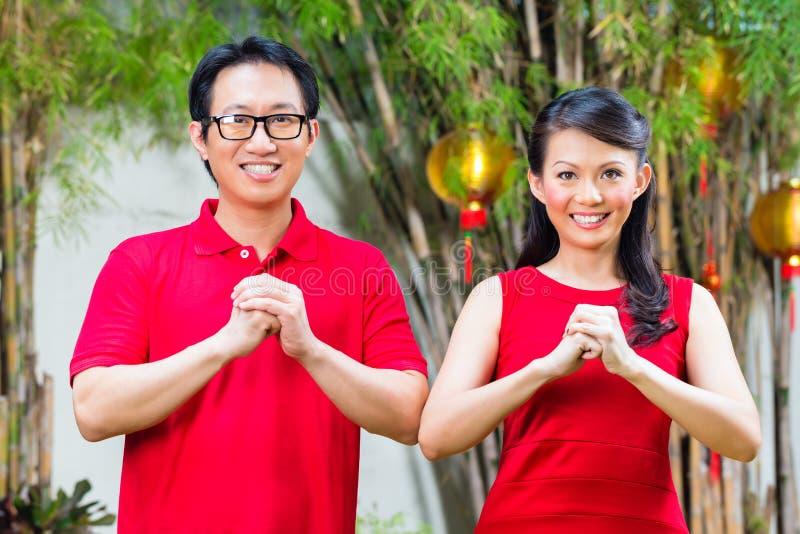 Paar die Chinees nieuw jaar vieren stock foto's