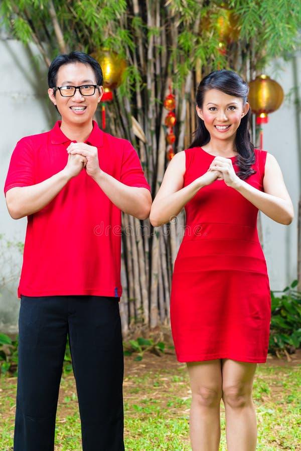 Paar die Chinees nieuw jaar vieren stock afbeeldingen