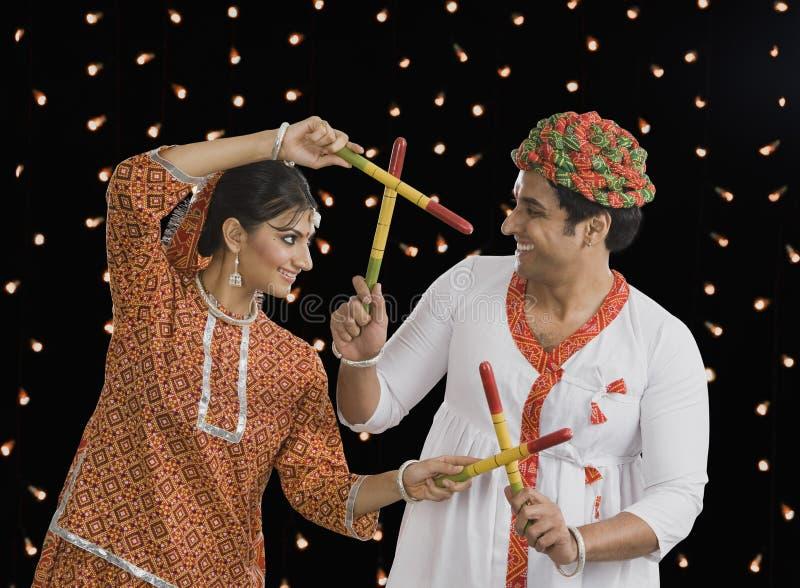 Paar die Dandiya-Raas op Navratri uitvoeren stock foto's