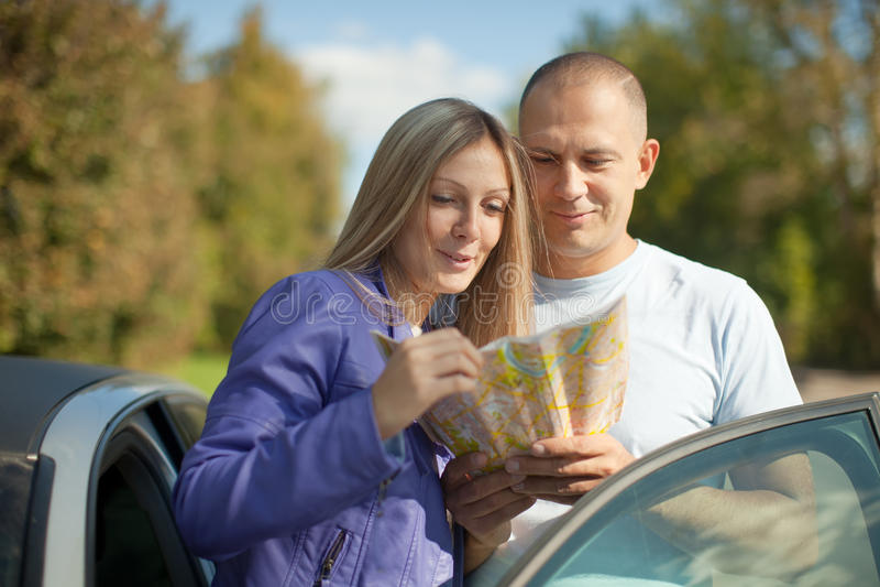 Paar die de kaart op weg bekijken royalty-vrije stock foto's