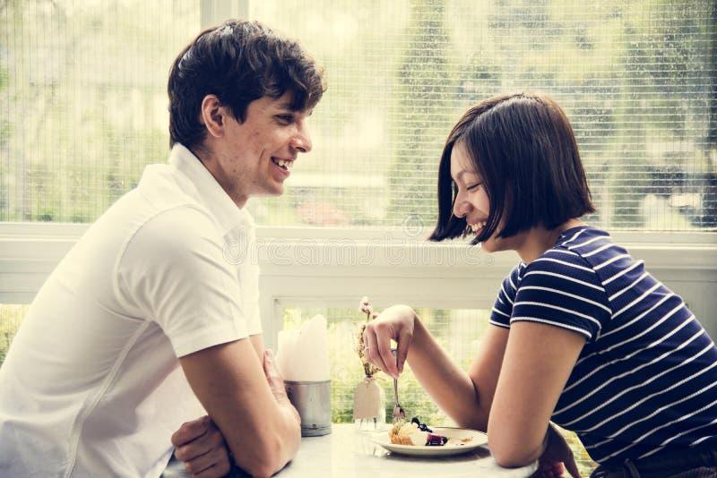 Paar die in de koffie dateren royalty-vrije stock fotografie