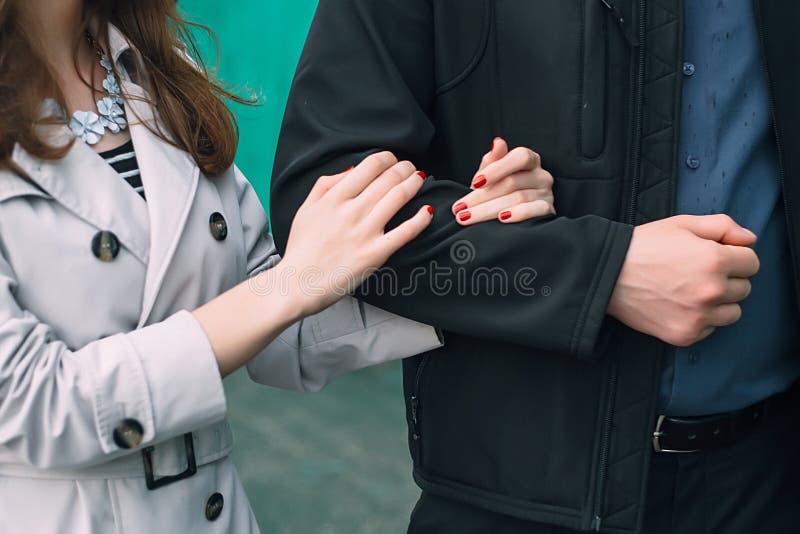Paar die in de Regen lopen stock afbeeldingen