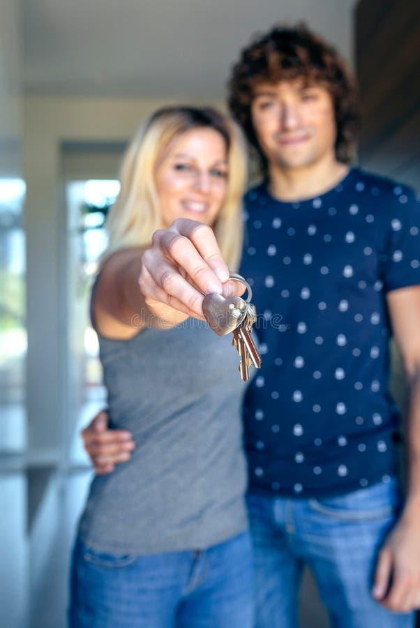 Paar die de sleutels van hun huis tonen royalty-vrije stock fotografie