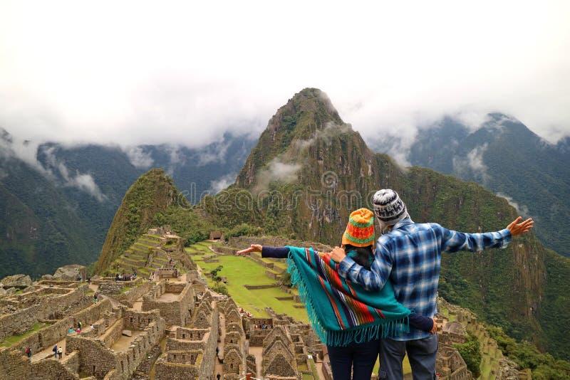 Paar die de spectaculaire mening van Machu Picchu, Cusco-Gebied, Urubamba-Provincie, Peru, Archeologische plaats bewonderen royalty-vrije stock fotografie