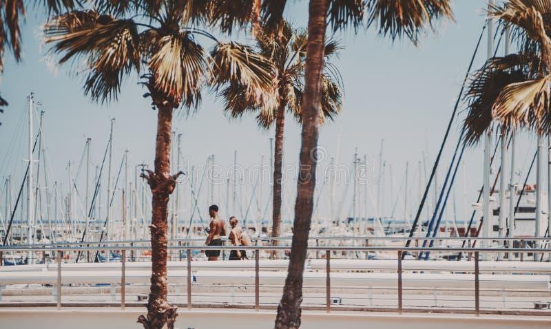 Paar die dichtbij strandboulevard dichtbij strand in Barcelona lopen royalty-vrije stock afbeelding