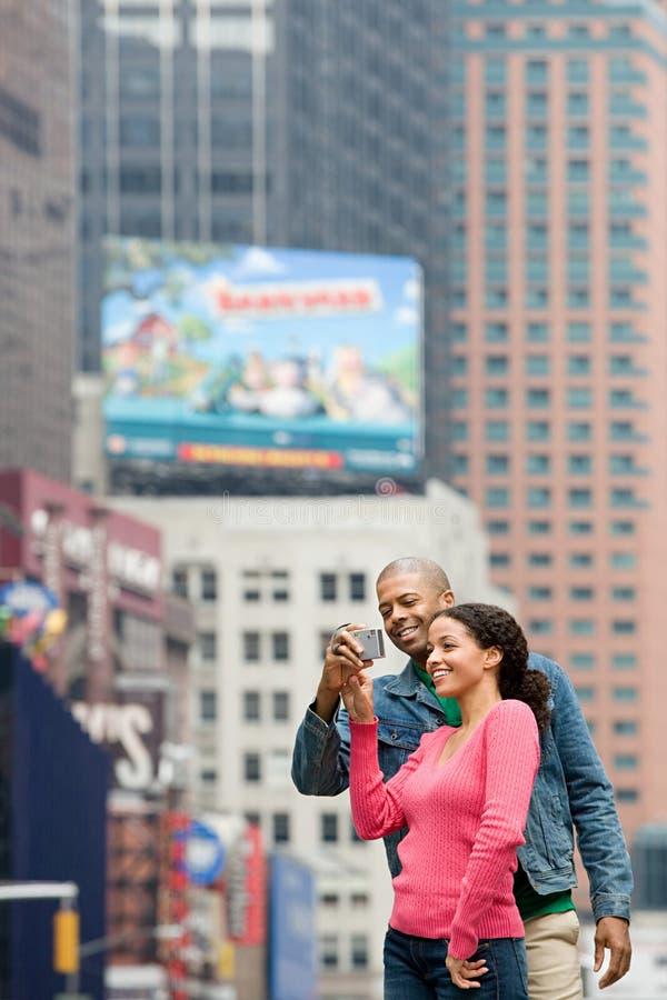 Paar die digitale camera met behulp van stock foto's