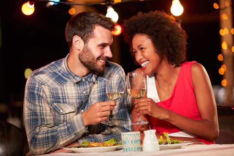 Paar die diner eten bij dakrestaurant royalty-vrije stock fotografie