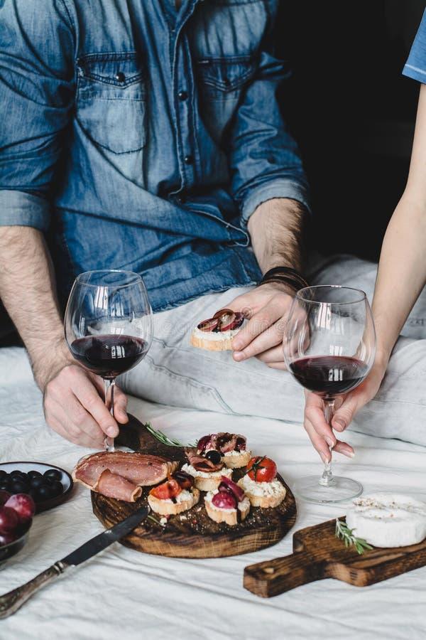Paar die diner met wijn hebben royalty-vrije stock afbeeldingen