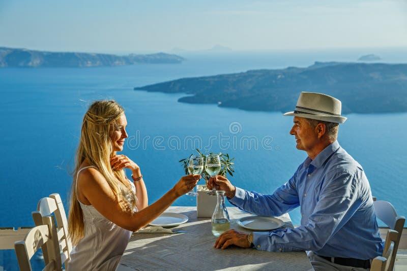 Paar die diner op de achtergrond van het overzees hebben stock foto's