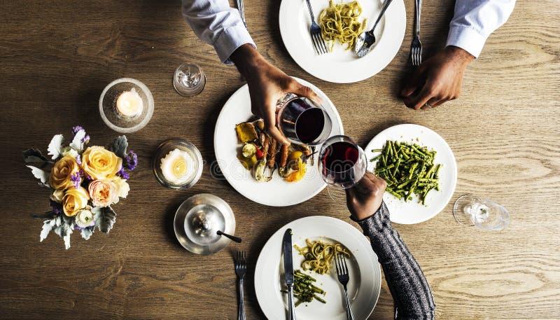 Paar die Dinerdatum hebben bij Restaurant stock fotografie