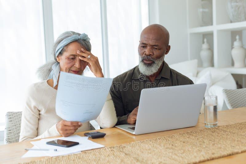 Paar die documenten bespreken en laptop binnen een ruimte met behulp van stock foto's
