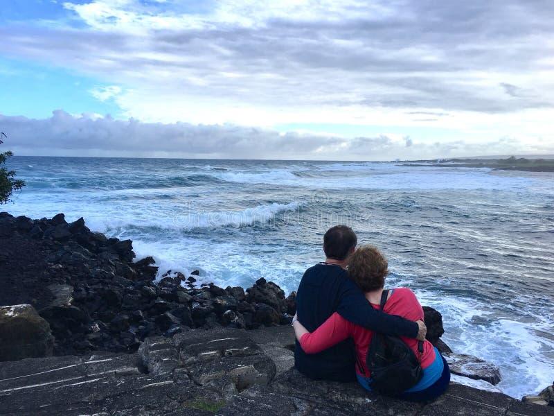 Paar die door de Oceaan koesteren royalty-vrije stock afbeeldingen