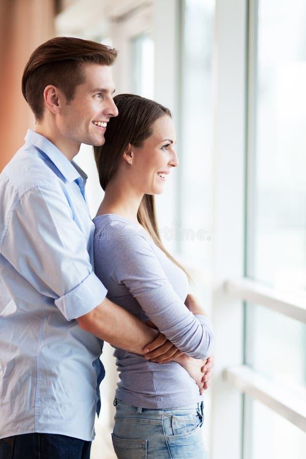 Paar die door venster kijken royalty-vrije stock afbeeldingen
