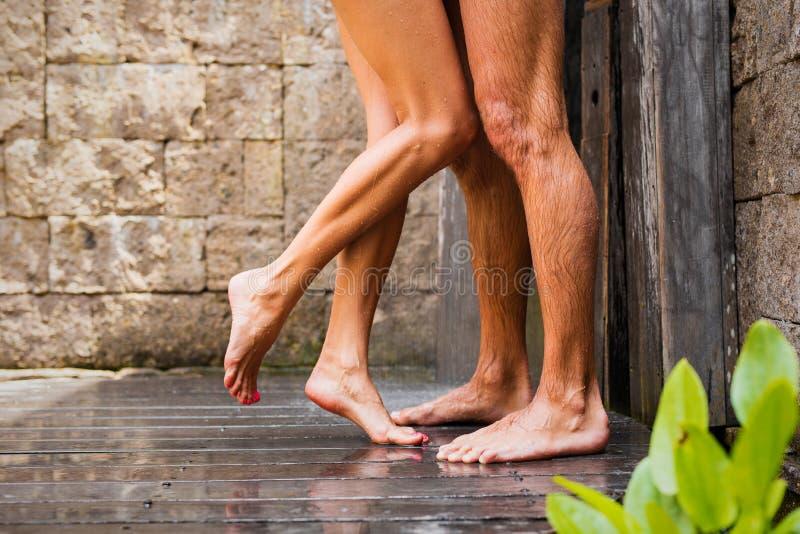 Paar die in douche zich verenigen stock foto's