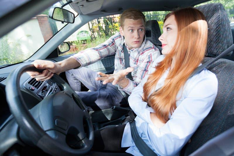 Paar die in een auto debatteren stock afbeeldingen