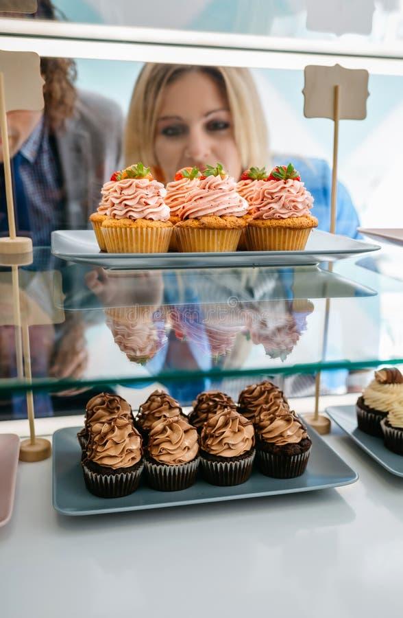 Paar die een cupcake kiezen royalty-vrije stock fotografie