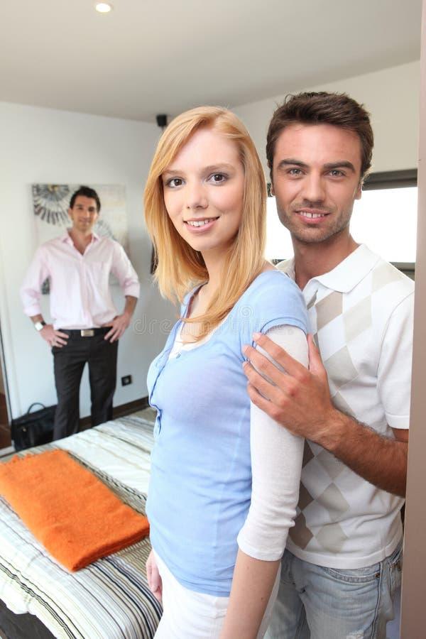 Paar die een flat bezoeken stock foto